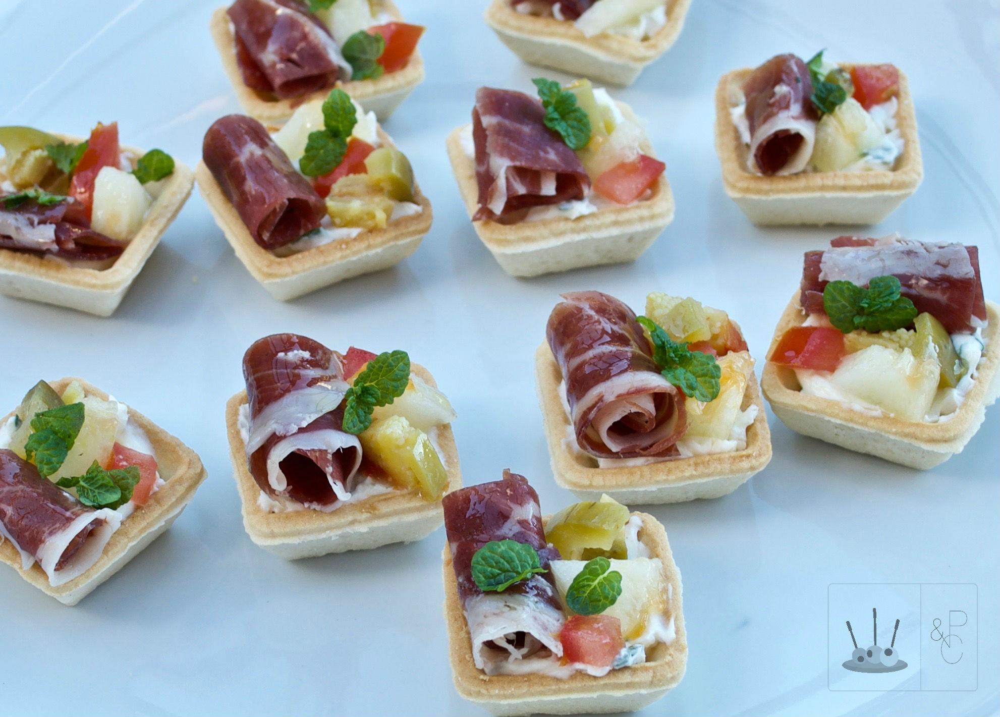 Canap s de jam n ib rico con queso mel n tomate y - Como hacer un canape ...